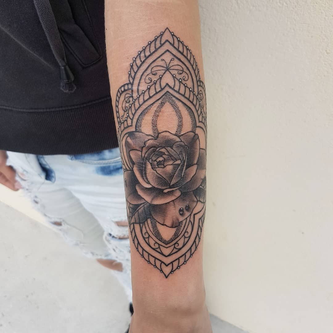 顾先生小臂玫瑰梵花纹身图案