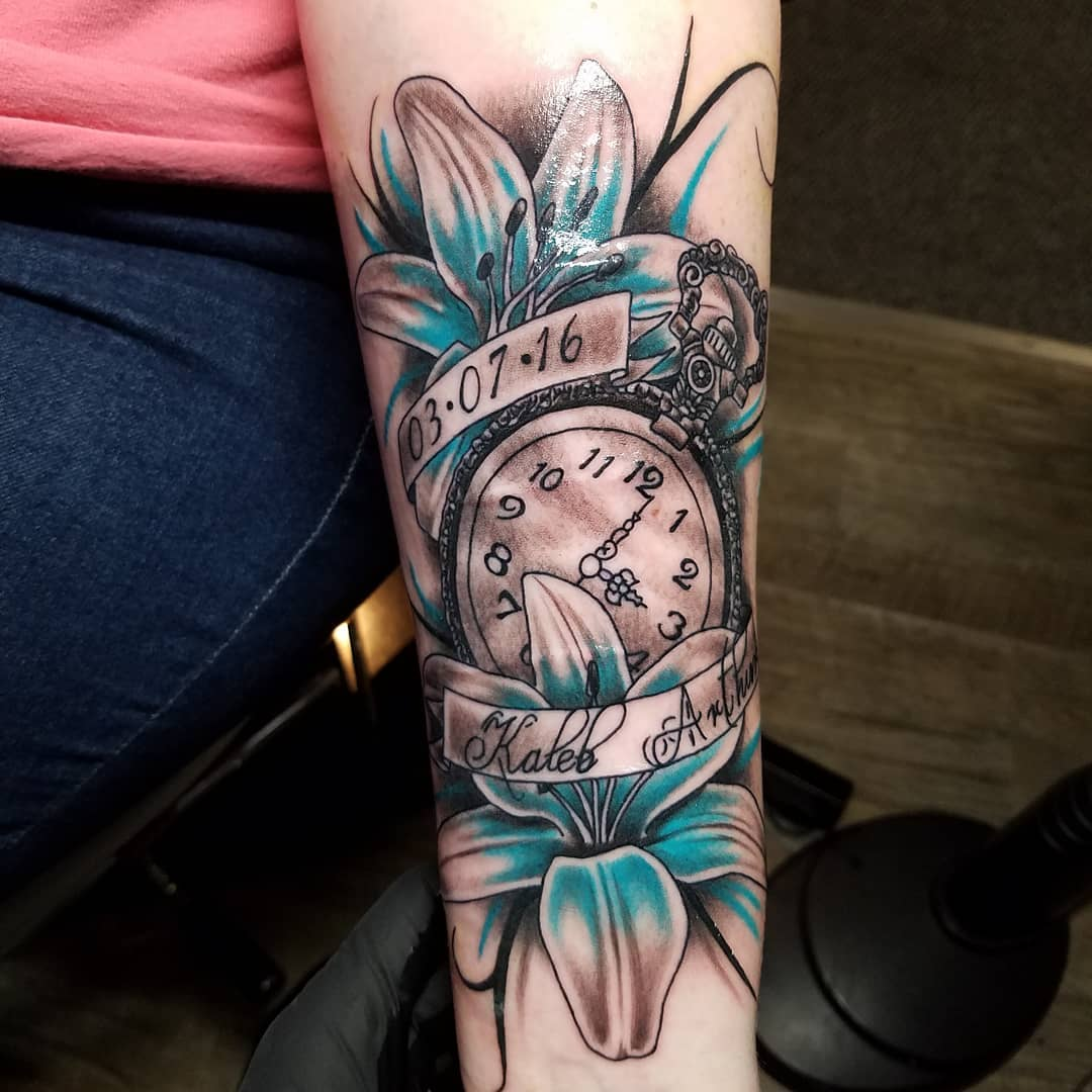 柯小姐小臂百合花钟表纹身图案