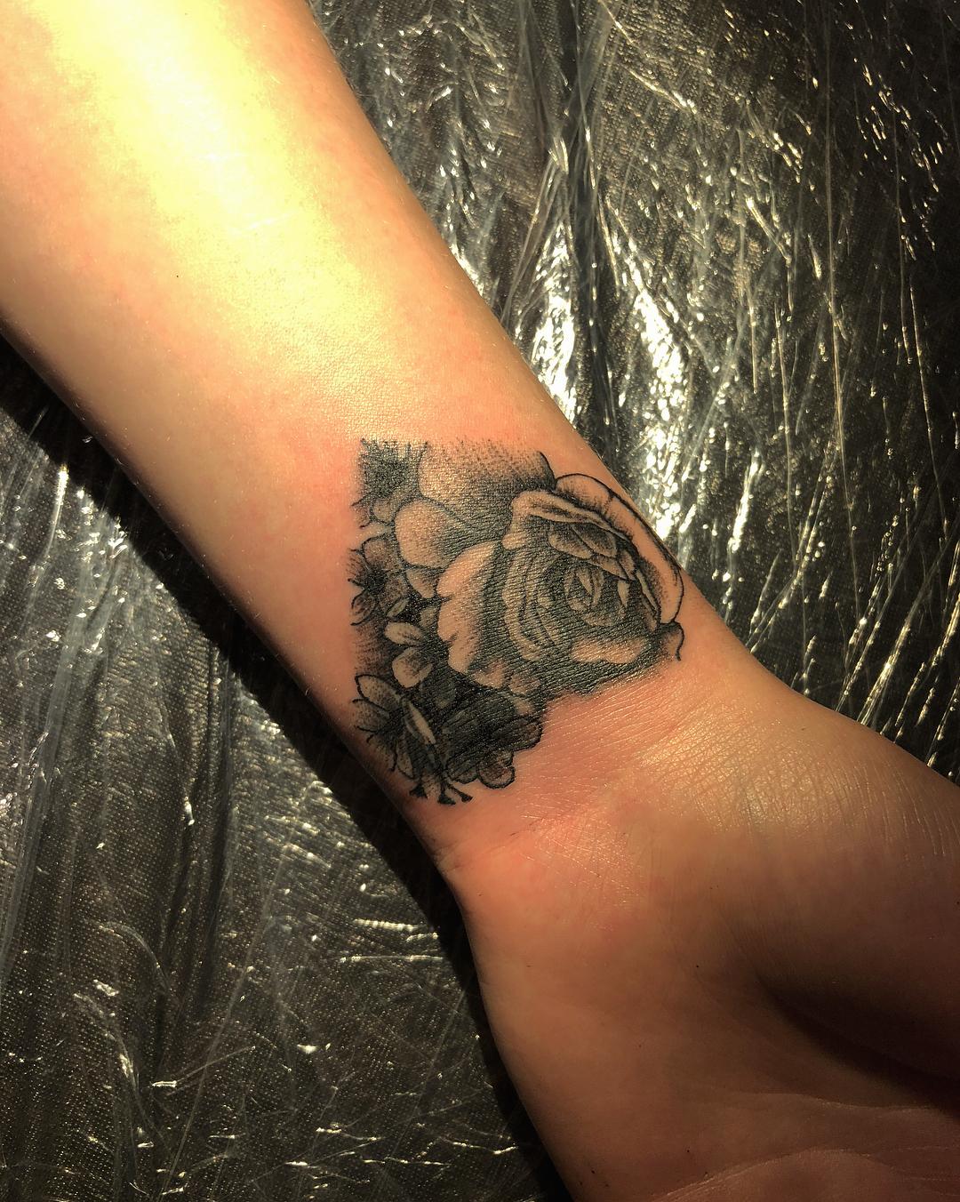 花环纹身图案                      做视频编辑的燕小姐手腕太阳花图片